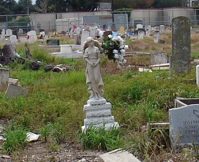 Holt_Cemetery,_New_Orleans,_LA_Tilted_Angel