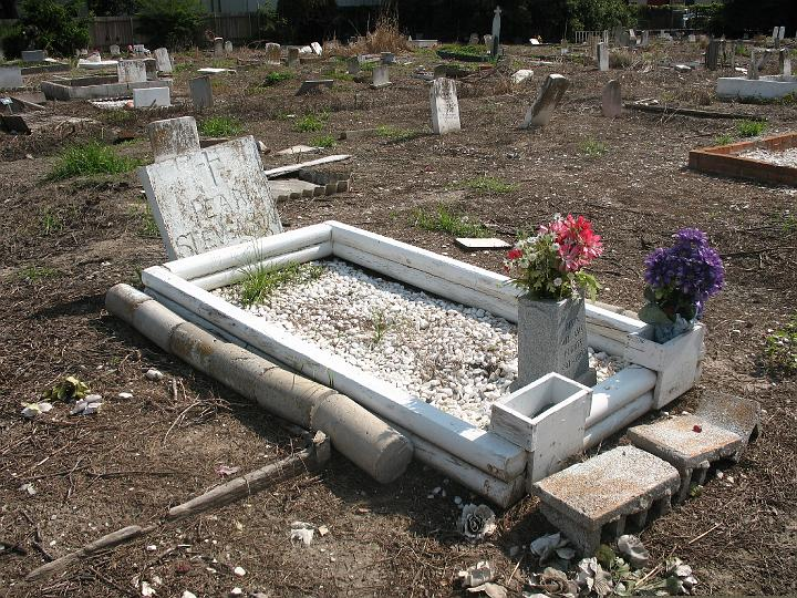 many materials used to surround this grave