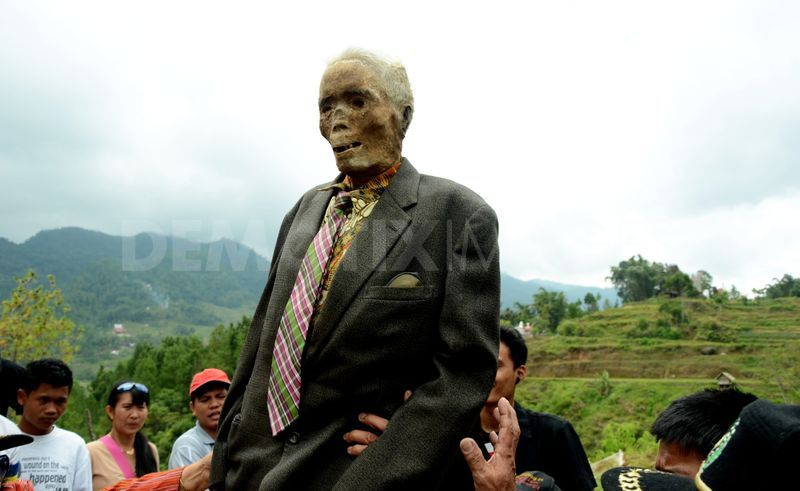 1345914473-manene-ritual-cleaning-of-tanah-toraja-mummy_1406527
